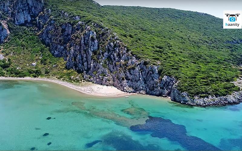 Πτήση στο σμαραγδένιο ελληνικό νησί που βάφτηκε με αίμα